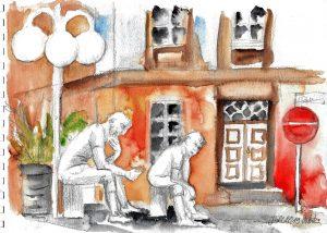 Zwei mit Bleistift gezeichnete sitzende Männer und eine Laterne vor einem aquarellierten Gebäude